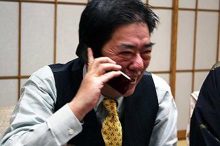 藤澤調教師と電話で話す清水成駿さん